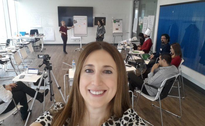 Allianz Türkiye'nin yeni eğitmenleri yaratıcılıkta sınır tanımıyor. 2. sunumlarda sınıftaki her şey, bir egitim malzemesine dönüştü. Amacımız, daha etkili anlatabilmek, sınırların ve kalıpların ötesinde düşünebilmek ve akılda kalıcılığı artırabilmek. Anlat, anlattır! Yap, yaptır!