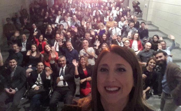 """Her yıl Kasım ayının ilk Perşembesi tüm Dünyada Proje Yöneticilerinin başarılarını kutlamak için bir etkinlik yapılıyor. PMI (Project Management Institue) ve İPYD (İstanbul Proje Yönetim Derneği) işbirliğinde gerçekleşen bu yılki etkinliğe ben de konuşmacı olarak dahil oldum. """"Benim Projem 'Benim'"""" başlığında bir konuşma yaptım. Konuşmamın içinde yer alan iki soruyu da şuraya bırakıyorum. Gelecek resminizde kendinizi nasıl görüyorsunuz? Arzu ettiğiniz, gerçekleşmesini istediğiniz bu görüntüye ulaşmak için bugünden yarına yapacağınız ilk küçük adım ne olur? İkinci soru kendini başı kesilmiş tavuk gibi görenler için değil tabii ki. Önce pozitif bir gelecek görüntüsüne ihtiyaç var. O kadar çok şey konuştuk ki? Herkeste bir iz bıraktı sanırım. Sonrasında bana ulaşan, hikayesini / farkındalığını paylaşan çok oldu. Hepimiz insanız ve aslında bu kaosun içinde zaman zaman kayboluyoruz. Hayallerimizi, ne için yaşadığımızı unutuyoruz... Bir yandan küçük şeyleri çok büyütüyoruz, öte yandan yine küçük şeylerden mutlu olabileceğimizi görmüyoruz. Velhasıl, o akşam bol farkındalıkla geçti. Yaşam """"to do list""""ten daha büyük bir şeydir. """"To be"""" """"Olmak"""" için bir şeyler yapmak lazım. Proje Yöneticileri arasındaki iletişim ve dinamizm harikaydı. Emeği geçenlere teşekkürler."""
